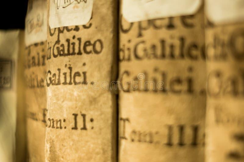 Chiuda su dei libri antichi di Galileo Galilei su esposizione alla biblioteca universitaria di Bologna in Italia, simbolo di scie fotografia stock libera da diritti