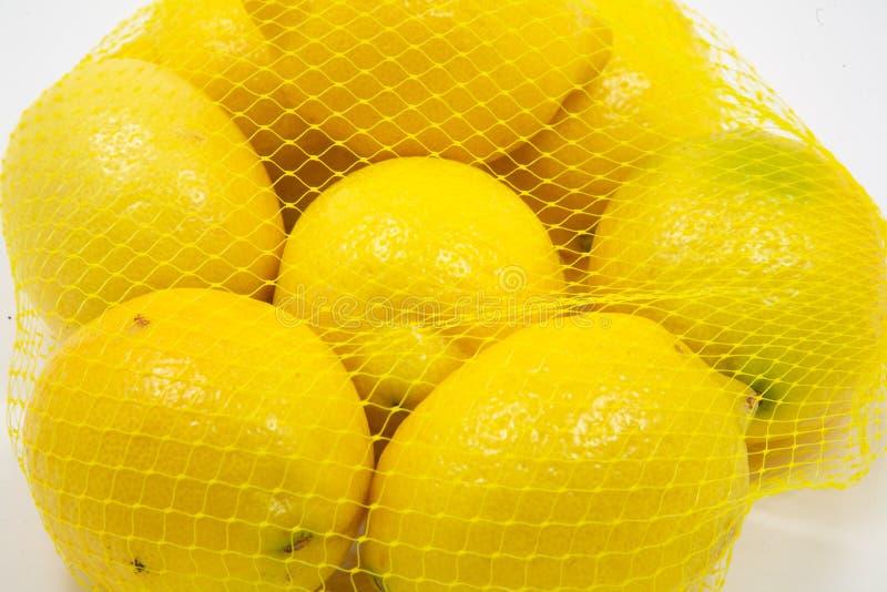 Chiuda in su dei limoni in un sacchetto fotografie stock