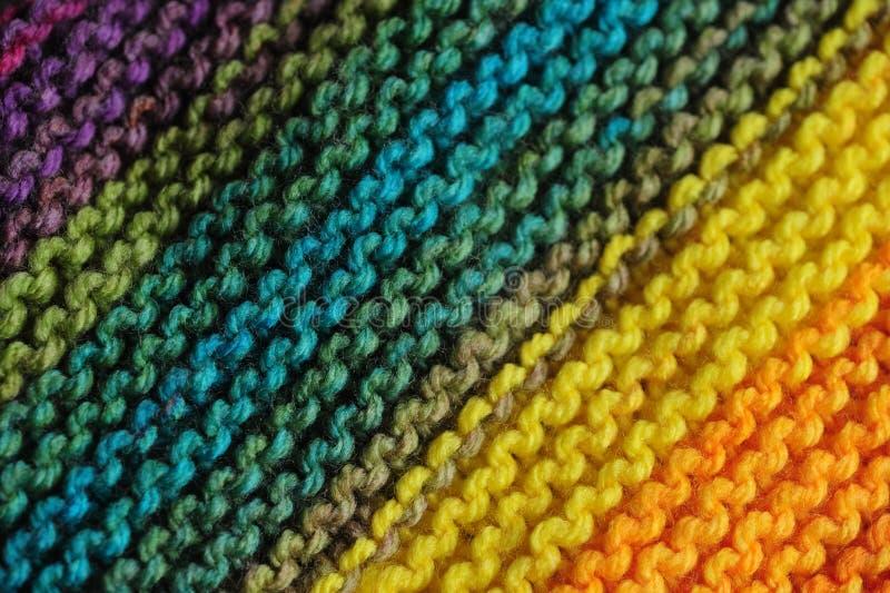 Chiuda su dei modelli tricottati senza cuciture in arcobaleno ha mescolato i colori con verde e blu primari fotografia stock libera da diritti