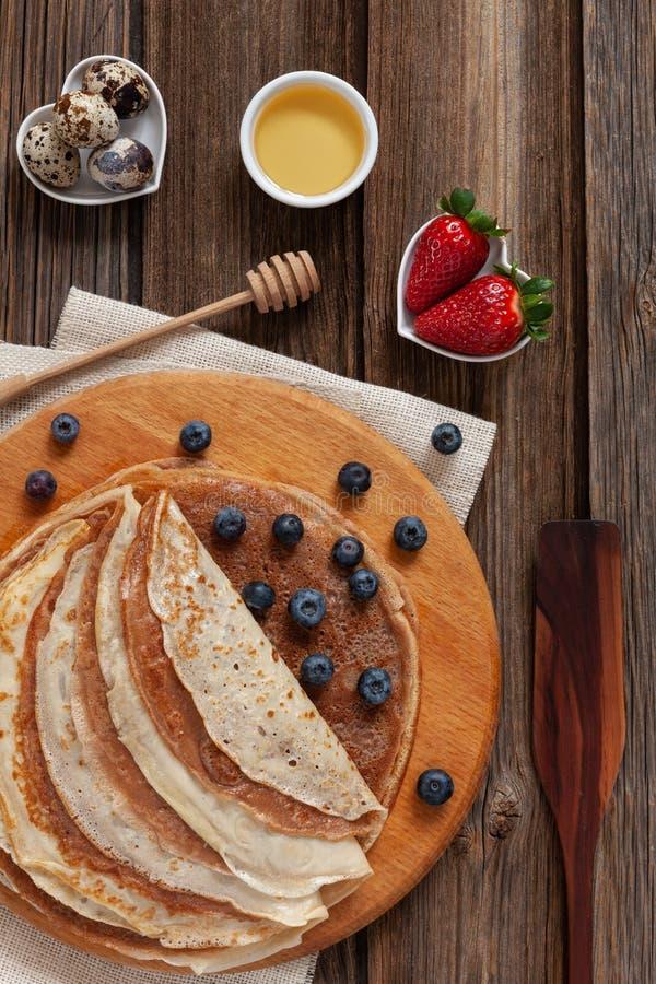 Chiuda su dei pancake casalinghi tradizionali Celebrazione di Maslenitsa, Shrovetide immagini stock
