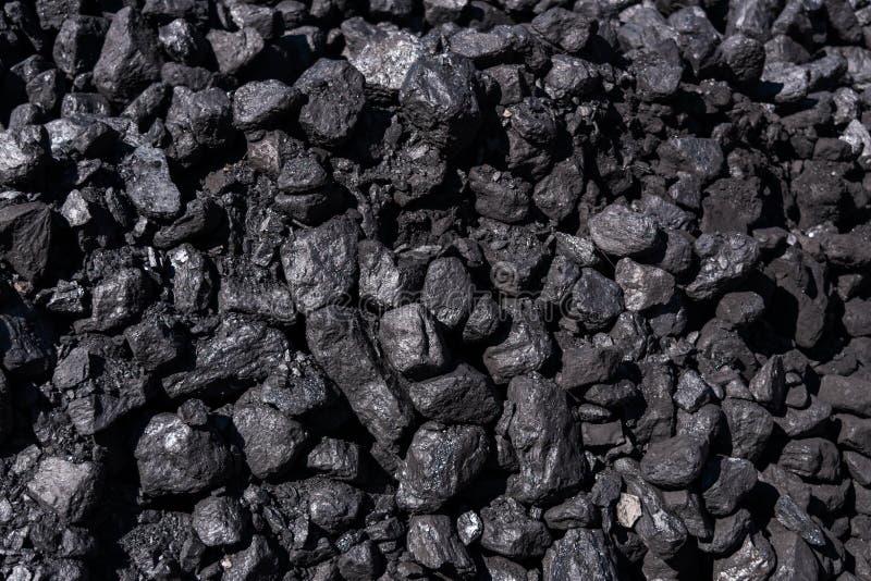 Chiuda su dei pezzi di carbone nero immagine stock