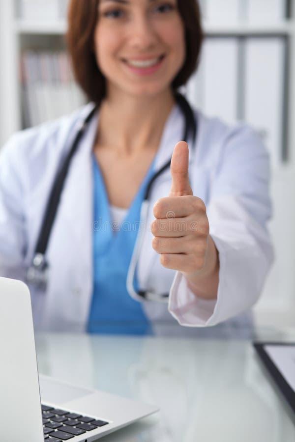 Chiuda su dei pollici femminili di medico su Medico castana sorridente allegro felice pronto ad esaminare paziente medicina fotografie stock