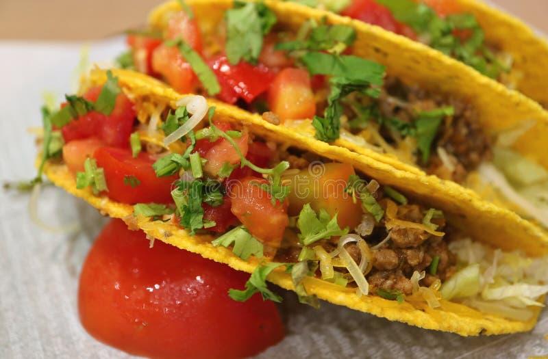 Chiuda su dei taci del manzo con la salsa della salsa, alimenti a rapida preparazione messicani saporiti fotografia stock