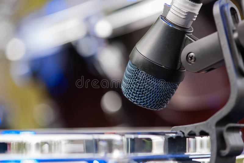 Chiuda su dei tamburi del ND della testa del microfono immagini stock libere da diritti
