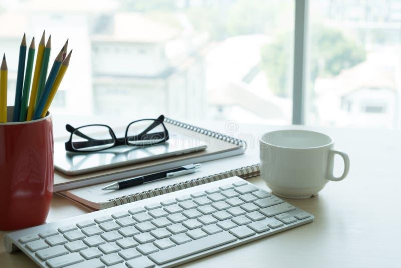 Chiuda su dei vetri e del posto di lavoro del posto di lavoro di affari di computer immagini stock libere da diritti