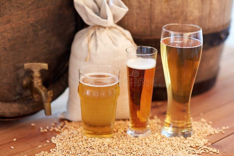 Chiuda su del barilotto, dei vetri e della borsa di birra con malto immagine stock libera da diritti