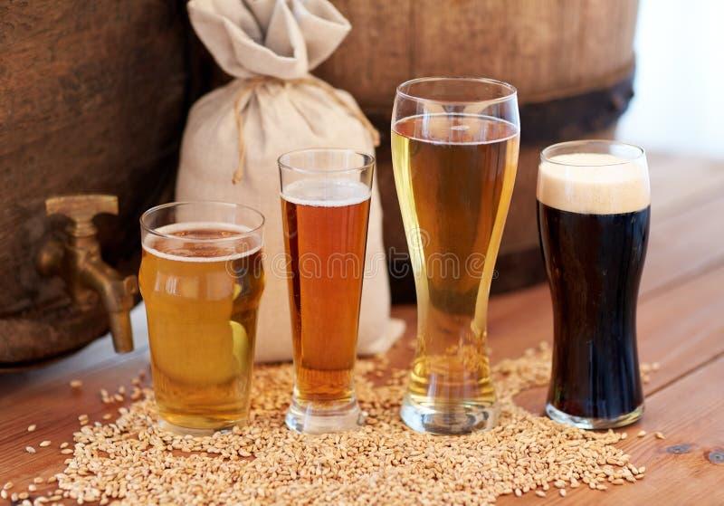 Chiuda su del barilotto, dei vetri e della borsa di birra con malto fotografie stock libere da diritti
