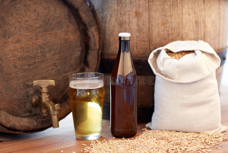 Chiuda su del barilotto di birra, del vetro, della bottiglia e del malto immagini stock