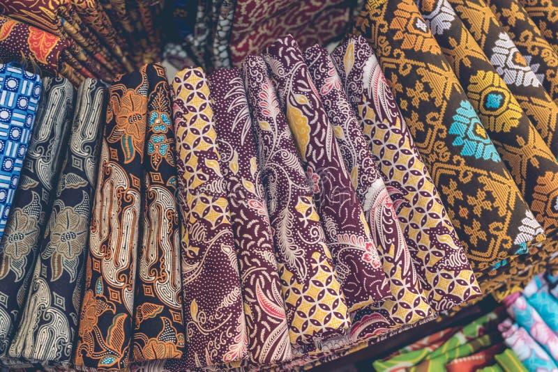 Chiuda su del batik indonesiano tradizionale popolare del cotone nel centro commerciale dell'isola di Bali, Indonesia immagini stock libere da diritti