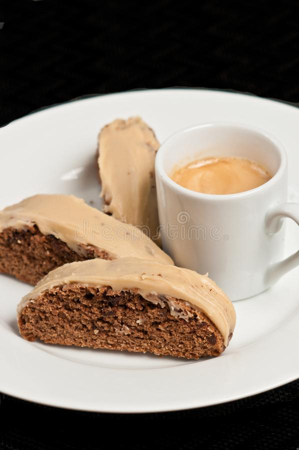 Chiuda su del biscotti di recente al forno del cioccolato del caffè con la glassa del carmel fotografia stock