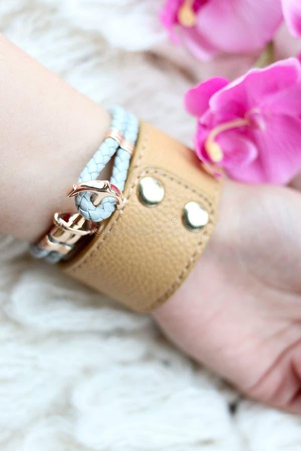 Chiuda su del braccialetto di cuoio su un braccio femminile fotografie stock libere da diritti