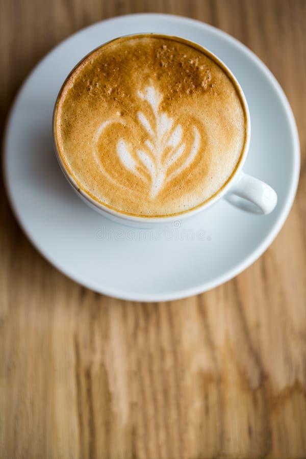 Chiuda su del caffè fresco della tazza sulla tavola di legno fotografie stock libere da diritti