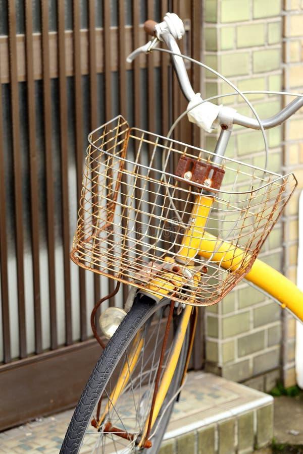 Chiuda su del canestro arrugginito sulla vecchia bicicletta fotografie stock libere da diritti