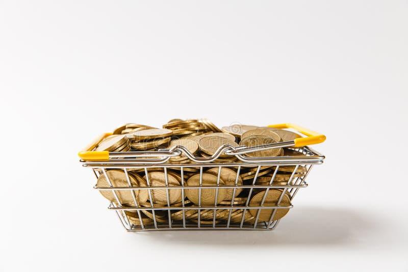 Chiuda su del canestro della drogheria del metallo per la compera nel supermercato con le maniglie gialle abbassate riempite di m fotografia stock libera da diritti