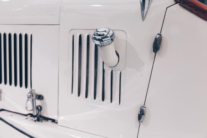 Chiuda su del classico - annata del veicolo - cappuccio della benzina dell'automobile immagini stock