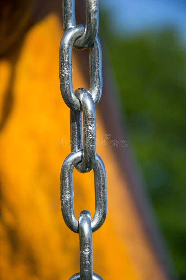 Chiuda su del collegamento a catena d'acciaio d'argento immagini stock