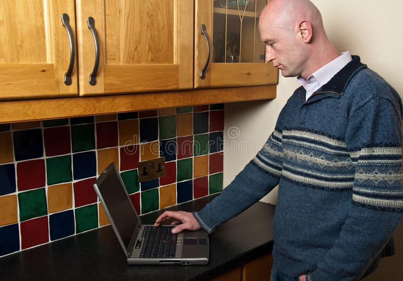 Chiuda in su del computer portatile usando maschio in portelli immagini stock libere da diritti