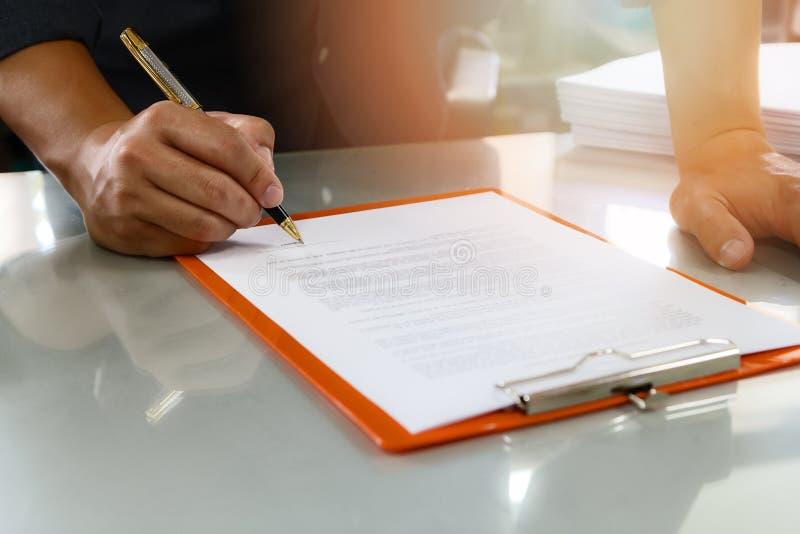 Chiuda su del contratto di firma dell'uomo di affari che fa un affare immagine stock libera da diritti