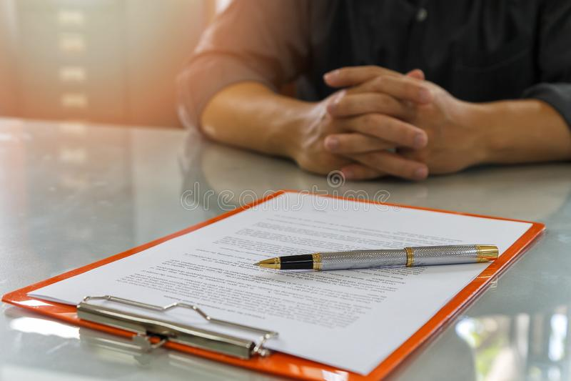 Chiuda su del contratto di firma dell'uomo di affari che fa un affare fotografia stock