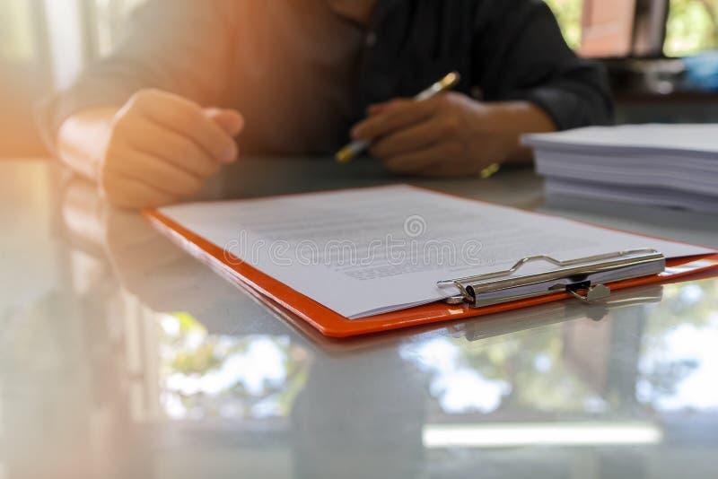 Chiuda su del contratto di firma dell'uomo di affari che fa un affare, dettagli del contratto di affari Documento di Signing An O fotografie stock