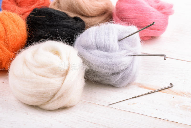 Chiuda su del corredo della feltratura dell'ago della lana fotografia stock