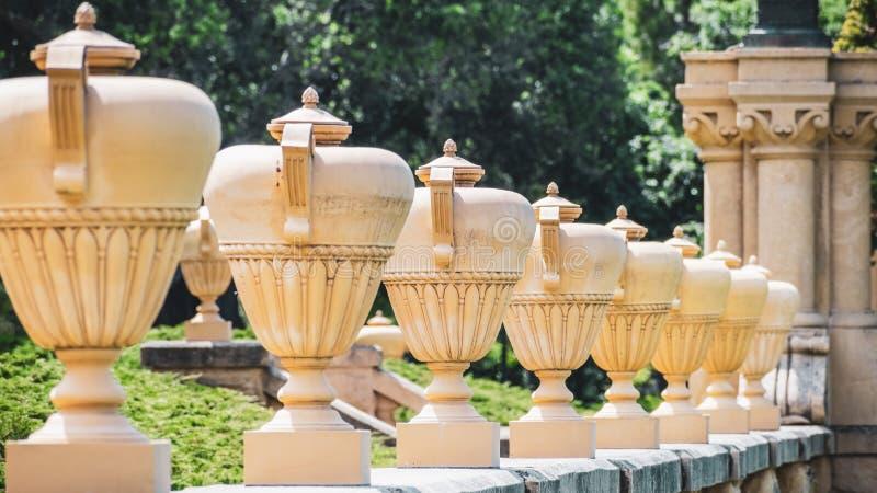 Chiuda su del dettaglio architettonico di amphorae ornamentali fotografia stock