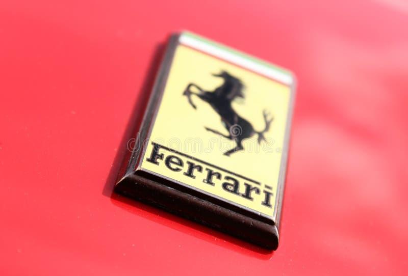 Chiuda su del distintivo dell'automobile di Ferrari fotografia stock