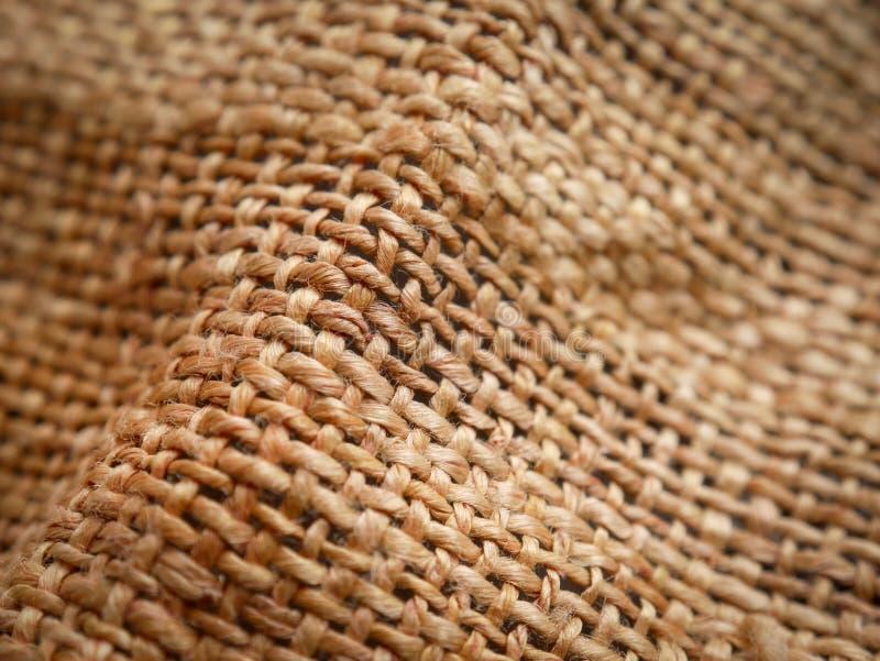 Chiuda su del fondo marrone di struttura della tela di sacco Fuoco molle fotografia stock libera da diritti