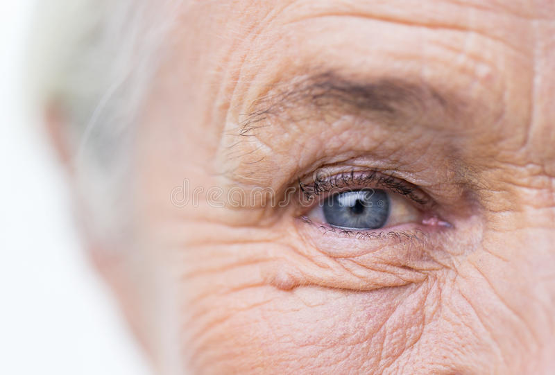 Chiuda su del fronte e dell'occhio senior della donna fotografia stock