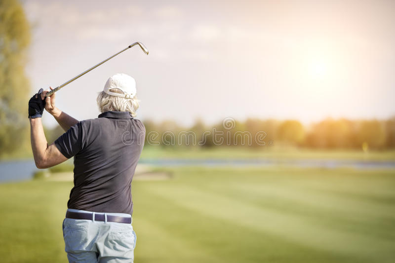 Chiuda su del giocatore di golf senior maschio fotografia stock