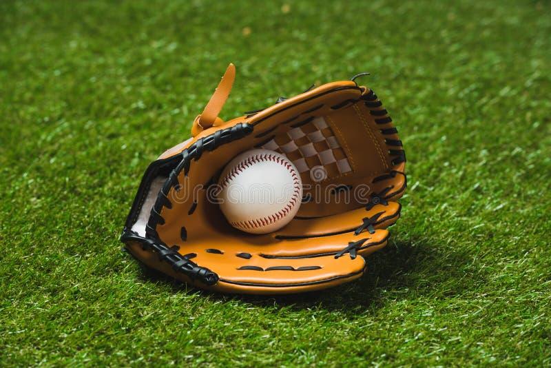 Chiuda su del guanto da baseball professionale con la palla immagine stock libera da diritti