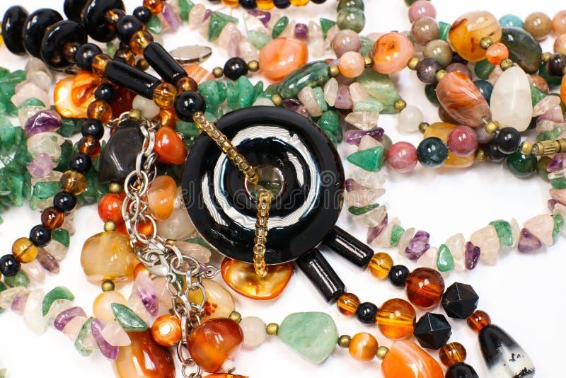 Chiuda su del lotto variopinto dei braccialetti e di bello accessorio dell'eleganza della collana immagini stock libere da diritti