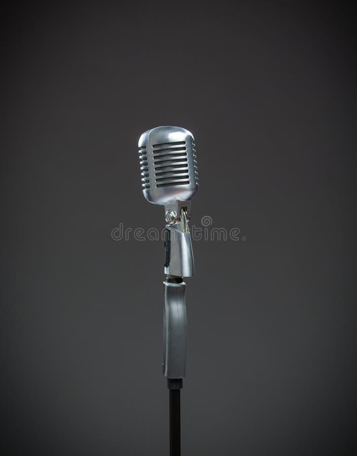Chiuda su del microfono d'argento su grey fotografie stock libere da diritti