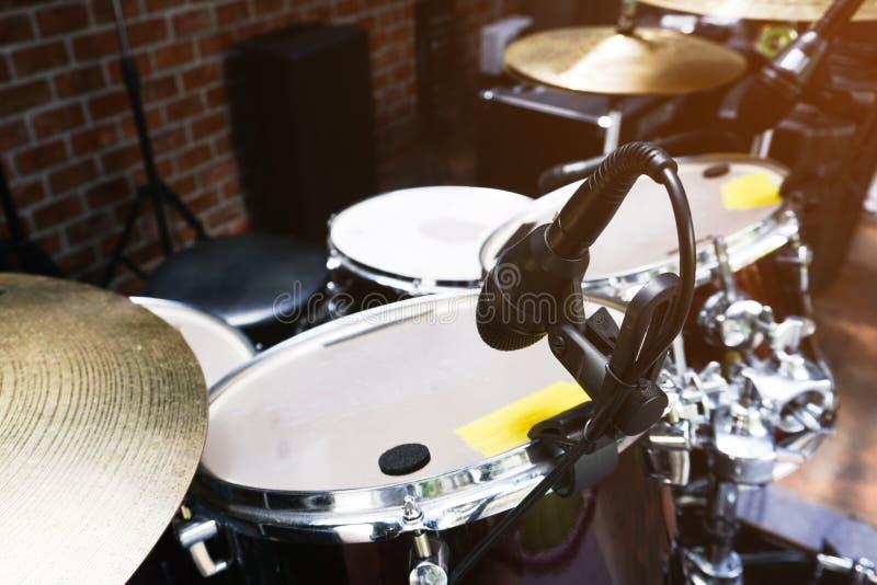 Chiuda su del microfono e del tamburo nella fase immagini stock