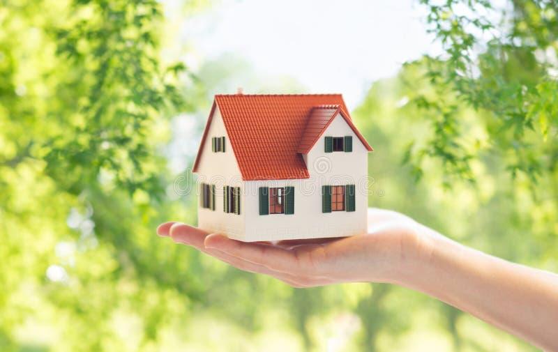 Chiuda su del modello domestico del casa della tenuta della mano o fotografia stock libera da diritti