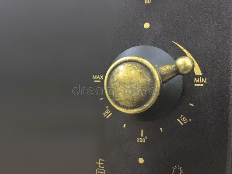Chiuda su del pannello di controllo, della manopola e dei modi moderni di microonda immagini stock libere da diritti