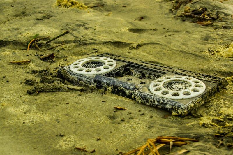 Download Chiuda Su Del Pezzo Di Plastica Di Vecchia Radio, Sopra La Sabbia Nella Spiaggia Immagine Stock - Immagine di scartato, ecologia: 117980421