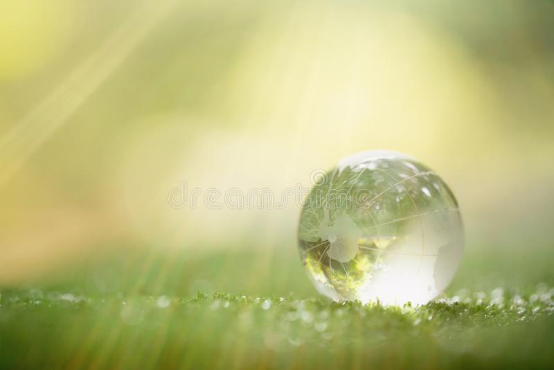Chiuda su del pianeta verde in vostre mani Salvo terra fotografie stock