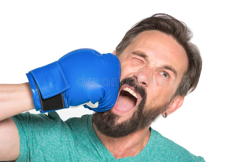 Chiuda su del pugile di grido che si colpisce con il guantone da pugile blu fotografie stock libere da diritti