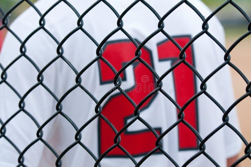 Chiuda su del recinto di baseball con il jersey fotografie stock