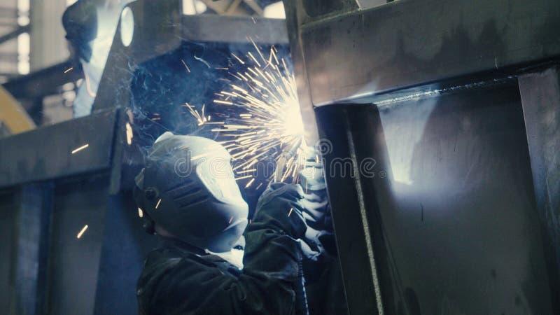 Chiuda su del saldatore sul lavoro nell'industria metalmeccanica fotografia stock libera da diritti