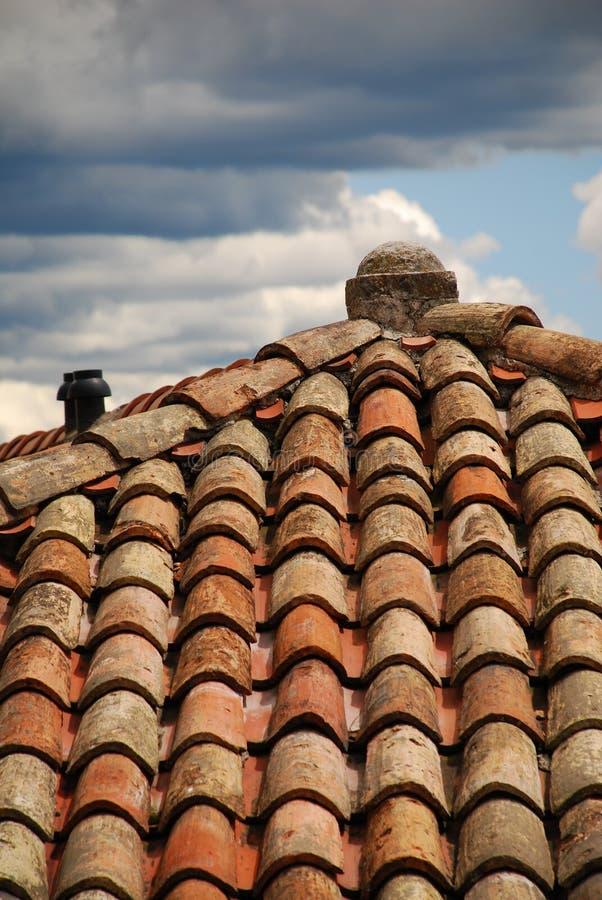 Chiuda in su del tetto coperto di tegoli rosso immagini stock libere da diritti