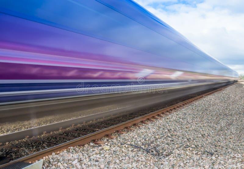 Chiuda su del treno che accelera attraverso la campagna inglese con il moti fotografia stock libera da diritti