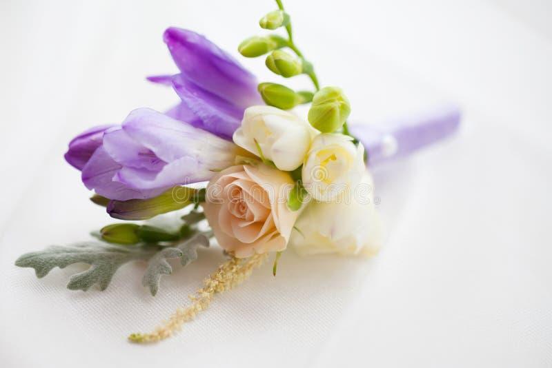 Chiuda su dell'accessorio floreale di nozze fatte a mano fotografie stock libere da diritti