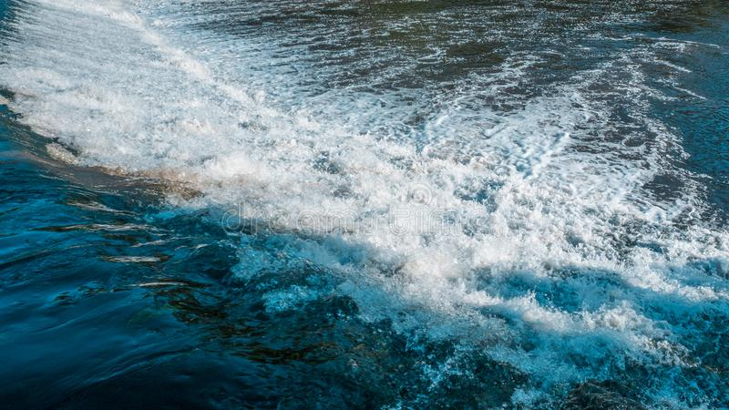 Chiuda su dell'acqua bianca, a flusso rapido, turbolenta che circola sulla diga sul fiume immagine stock libera da diritti