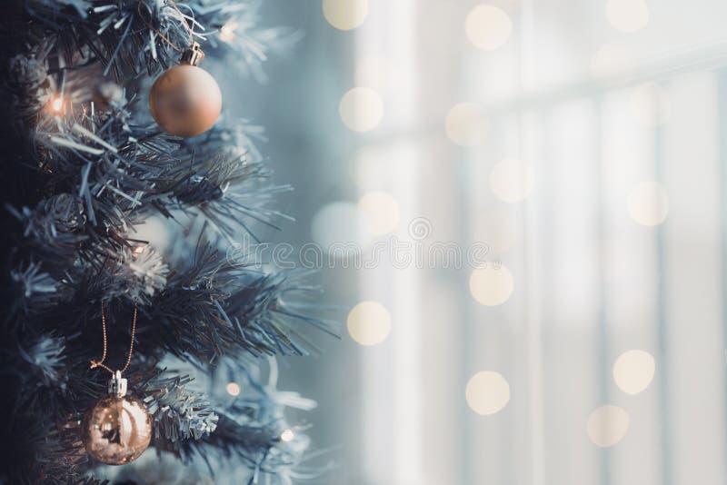 Chiuda su dell'albero di Natale con un fondo luminoso del bokeh fotografie stock