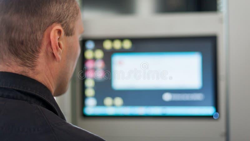 Chiuda su dell'apparecchiatura elettrica di comando di tensione di prova dell'ingegnere di manutenzione immagine stock libera da diritti