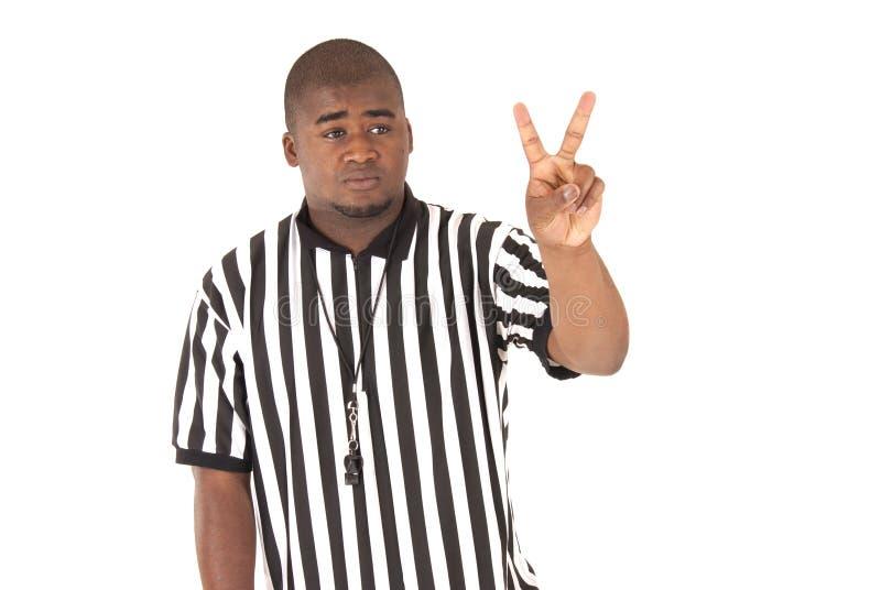 Chiuda su dell'arbitro nero che chiama un fallo di due colpi immagine stock