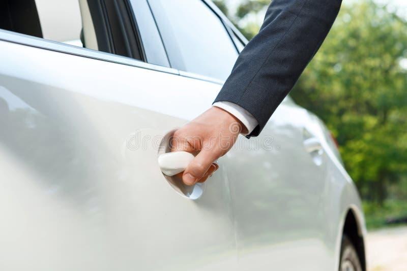 Download Chiuda Su Dell'automobile Di Apertura Dell'uomo D'affari Immagine Stock - Immagine di adulto, basamento: 55350805