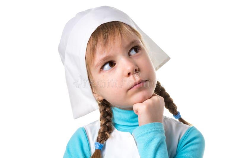 Chiuda su dell'infermiere femminile vago che guarda da parte su, mano sotto il mento Orientamento bianco del paesaggio fotografia stock libera da diritti
